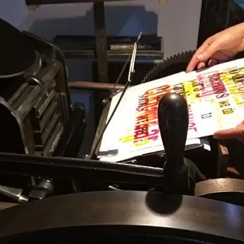 Hace un año atrás el norte y el sur se juntaron unas horas a compartir la pasión por imprimir @caja_baja / @kennedyprints @kennedyprints ・・・@caja_baja learning the fine art of bad printing