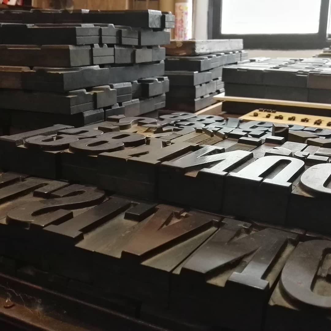 """La mesa está servida ! Luego de la limpieza es hora de comenzar a catalogar los nuevos """"viejos""""  typos de madera que pasan a integrar el acervo del taller"""