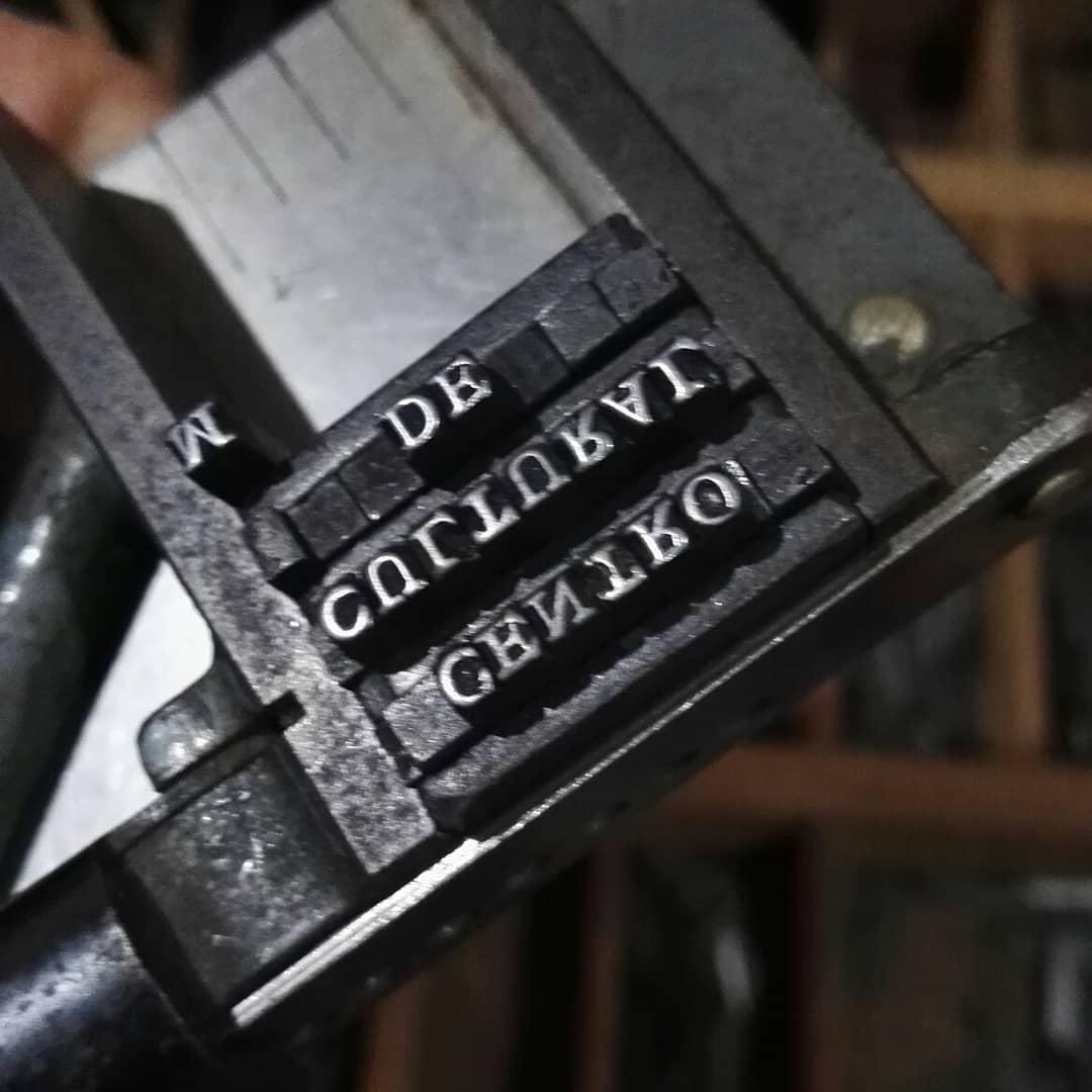 Mezclando algo de tipografía romana antigua cuerpo 8 y ornamentos tipográficos para estampar en oro sobre lomo de libro