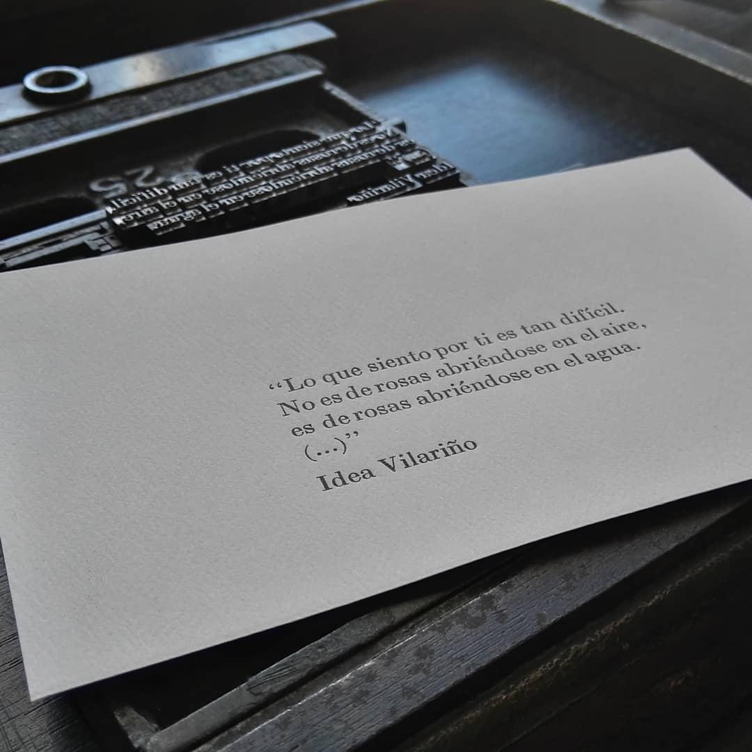Difícil de explicar la sensación de imprimir poesía con tipos móviles y ver como confluyen sobre el papel en una amalgama perfecta para los sentidos.  Si les gusta la poesía y la ilustración, este sábado 18 a las 15 horas en el @museozorrilla tienen la oportunidad de charlar con la ilustradora Cecilia Alfonso @cecilia_a.e y llevarse algunas de estas postales de poesia intervenidas con la magia de Cecilia.  No se lo pierdan