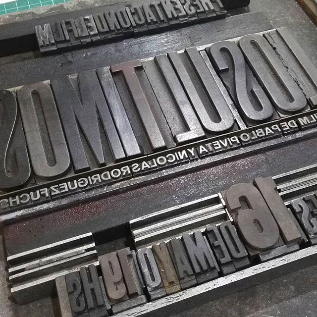 La proyección de un documental que trata de la vieja imprenta y la impresión tipográfica (letterpress) merece un afiche con mucho plomo y madera… @losultimosdoc